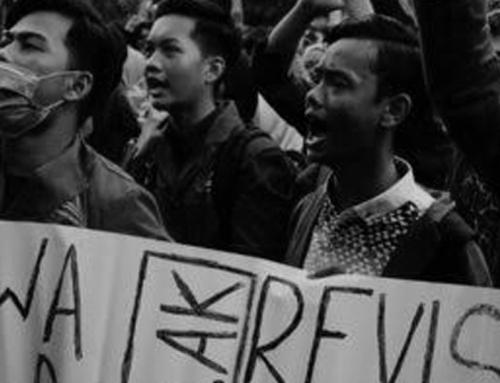 """Hadiah """"Kayu"""" untuk Para Demonstran"""